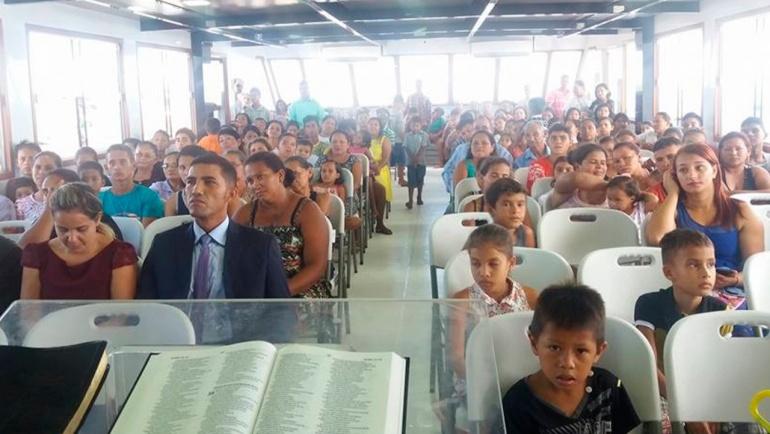 O templo flutuante é usado para atividades assistenciais e evangelísticas nas comunidades ribeirinhas do Estado